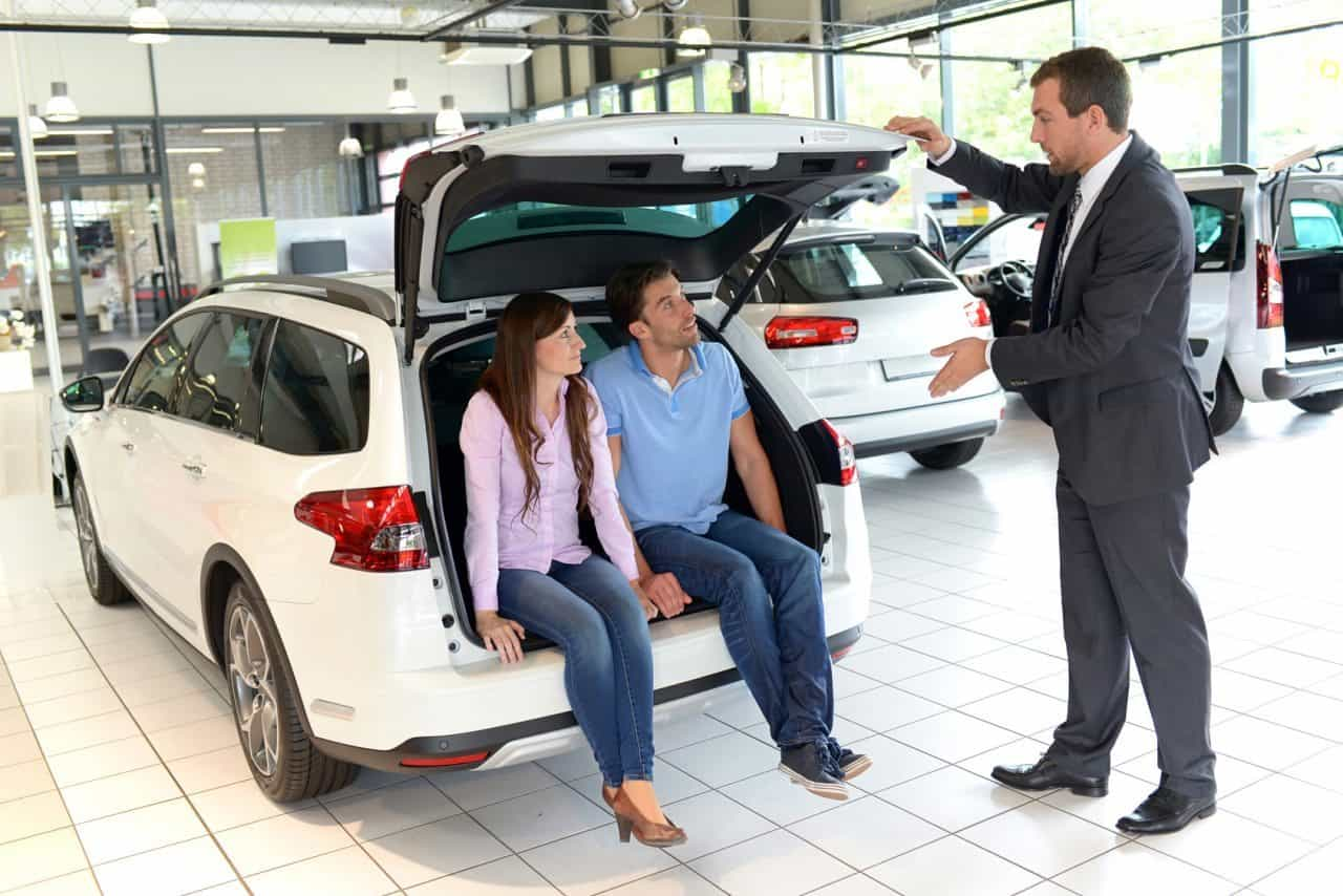 Verkaufsgesprch im Autohandel // Sales talk in the car trade